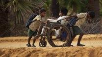 Gegen alle Widrigkeiten am Golf von Bengalen in Indien: Gabriel und Emmanuel schieben ihren Bruder Samuel tglich in seinem Rollstuhl zur Schule.© Senator Film Verleih